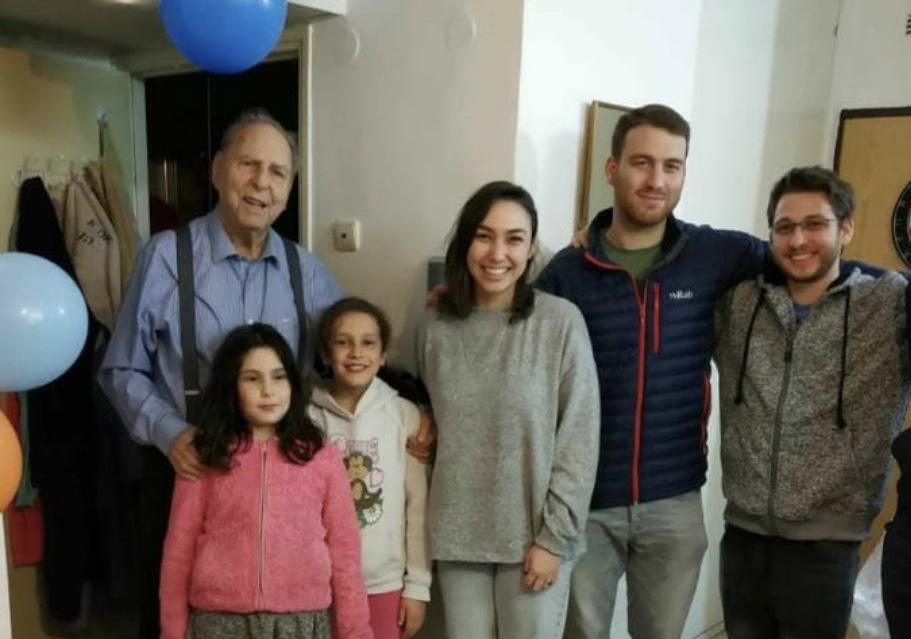 אריה אבן ז״ל (משמאל) ומשפחתו