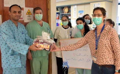הצוות נפרד מג'וני בבית החולים