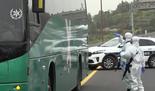 המשטרה עוצרת את האוטובוס בכביש 1
