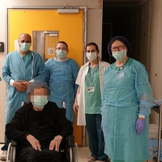 המטופלת והצוות הרפואי בשערי צדק