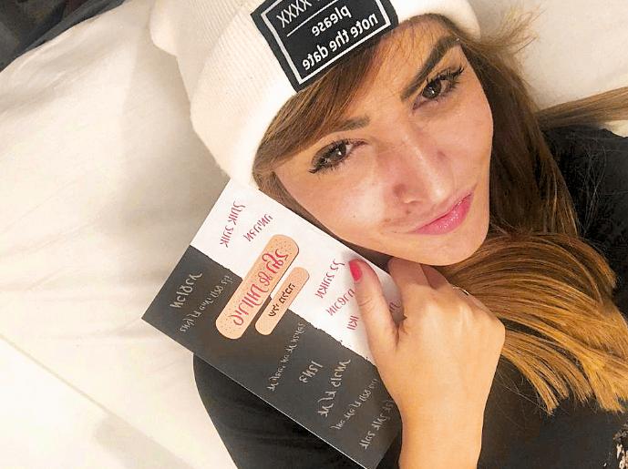 מלכה עם הספר החדש