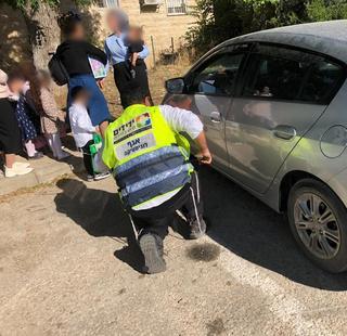 חילוץ הילדים מהרכב בשכונת גילה