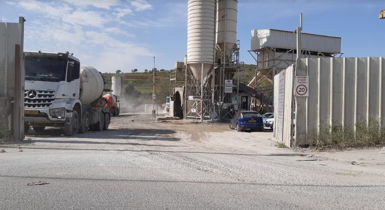 מפעל רדימיקס אדרת. משאית מעלה ענן אבק