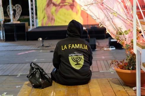 פעיל 'לה פמיליה' אמש במתחם התחנה