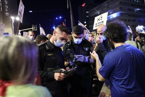 שוטרים מחלקים קנסות בבלפור
