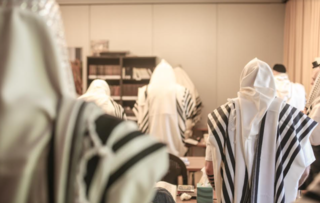 גרמו לעצירת התפילה בבית הכנסת