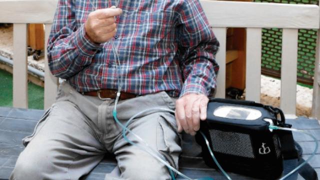 קשיש נעזר במחולל חמצן