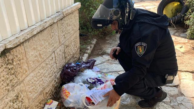 פקחי העירייה מחטטים בשקיות האשפה