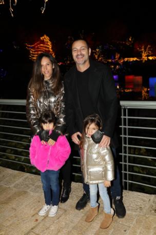 אקי אבני ובני משפחתו