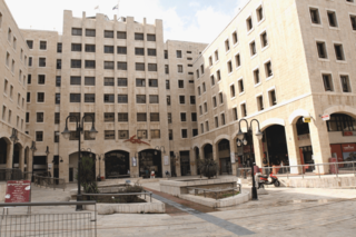 בניין דואר ישראל בכניסה לעיר