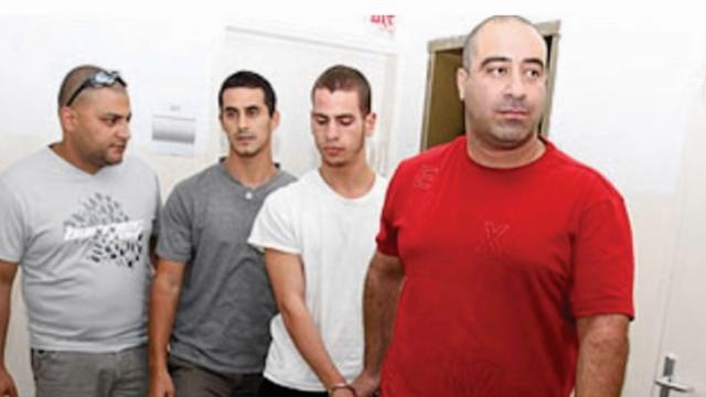 לקר (שני מימין) מובל להארכת מעצר