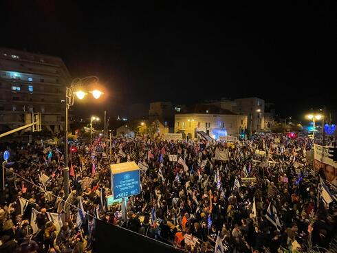 אלפים מפגינים בבלפור