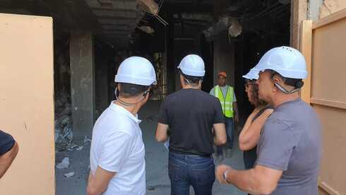 היזם רונן מרדכי גרין (מוטי גרין) נכנס לראשונה לאתר הבנייה של נכס מסחרי חדש בבעלות חברת ברקליס