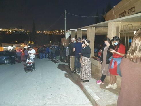 מאות המתינו לקחת חלק בהלוויתו של עובד העירייה, דוד זינו