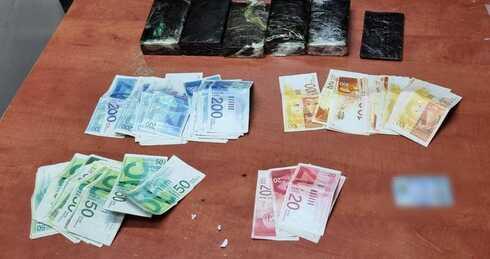 הסמים והכסף שאותרו בחבילה