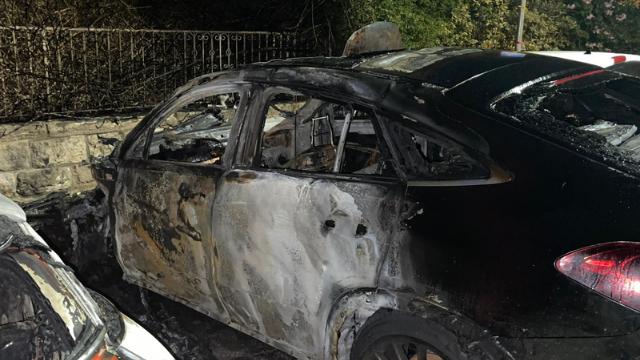 השלד השרוף של אחד הרכבים שהוצתו