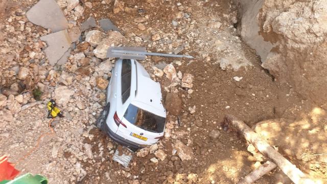 אחד הרכבים שקרסו לבור בחניון שערי צדק