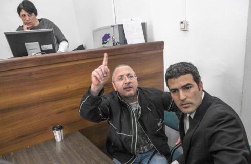 """נעים (משמאל) עם עו""""ד ירון גיגי במהלך הארכת מעצר"""