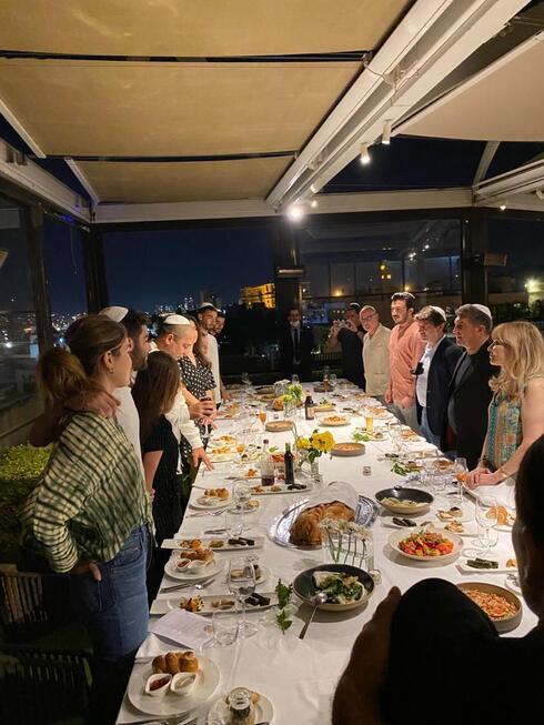 ז'ואן לאפורטה וחבריו במסעדת רופטופ של מלון ממילא.
