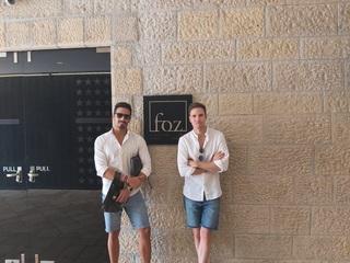 ינאי פרישר גוטמן ובן זוגו במוזיאון ידידי ישראל