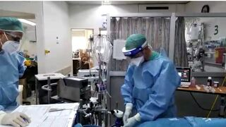 ״ר מארק רומיין, רופא בכיר ביחידה לטיפול נמרץ קורונה בהדסה, עם מכשיר האקמו בפעולה.