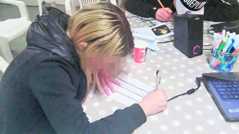 חלק מהנערים במהלך הכתיבה. צילום: 'אתנחתא'