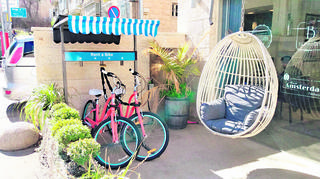 אופניים להשכרה בעיר. מתמקדים בבתי מלון