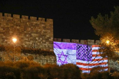 """דגלי ארה""""ב וישראל על חומות ירושלים. צילום: דוברות העירייה"""