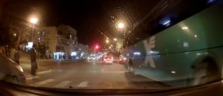 אוטובוס עובר באור אדום בצומת בר אילן. צילום: