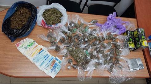 הסמים והכסף שאותר. צילום: דוברות המשטרה
