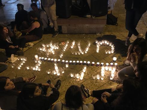 נרות מרכיבים את שמה של מעין ברהום ז״ל. צילום: רועי אלמן