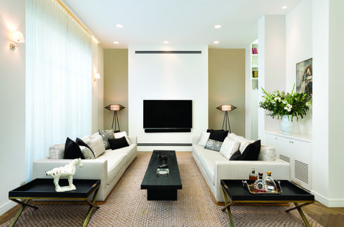 הרהיטים בסלון יוצרים תמונה סימטרית, בקווים נקיים, אלגנטיים וקלאסיים . צילום: אורי אקרמן