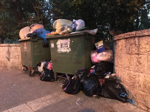 ערימות זבל ברחוב שמואל הנגיד. צילום: רועי אלמן