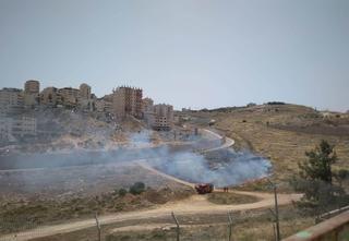 שריפה סמוך לחומת הבטון בפסגת זאב מזרח. צילום: שמואל קלדרון