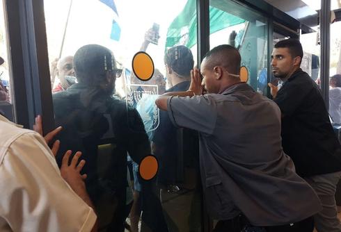 הגמלאים על דלתות המשרד. צילום: ענבר טויזר, ynet