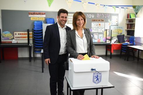 עופר ודינה ברקוביץ׳ מצביעים היום. צילום: יואב דודקביץ׳