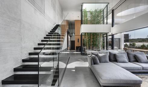 גובה ומרחב, מבט אל גרם המדרגות. צילום: עודד סמדר