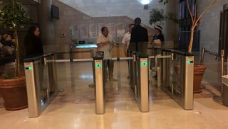 המחסומים החדשים בעירייה. צילום: לירן תמרי