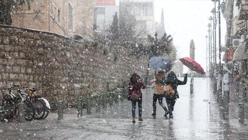 שלג באוויר זה גם כיף. מדרחוב בצלאל, ינואר 2015. צילום: רועי אלמן