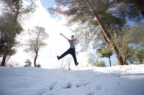 נהנים בשלג בגן סאקר. צילום: עומר עוזרי