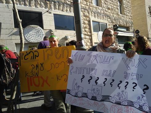 ההפגנה מחות למשרד הפנים. צילום: תמי חייט