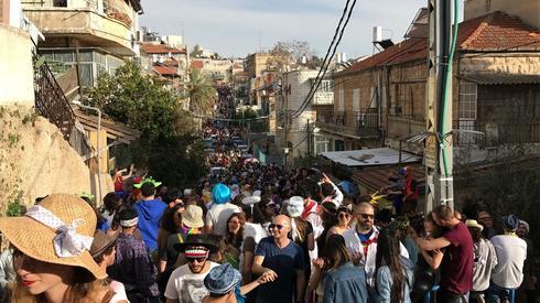 המסיבה המאולתרת ברחוב המדרגות. צילום: רועי אלמן