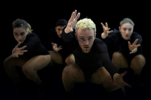 המופע ורודים, תיאטרון מחול ירושלים. צילום: יונתן זלק.