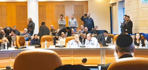 כלף במועצת העירייה  החודש. מסתודד עם אבו־חצירא. צילום: אלי ג'אן