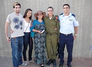 """לוי ז""""ל (מימין במדי קצין) ומשפחתו. צילום: פרטי"""