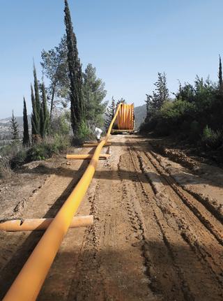 התקנת צנרת גז   צילום: חברת רותם גז טבעי