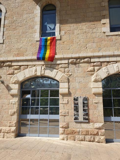 הדגל שנתלה על חלון לשכתו. צילום: מרים הלמר