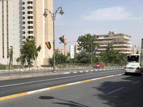 דגלי הגאווה שנתלו ברחובות ירושלים. צילום: לירן תמרי