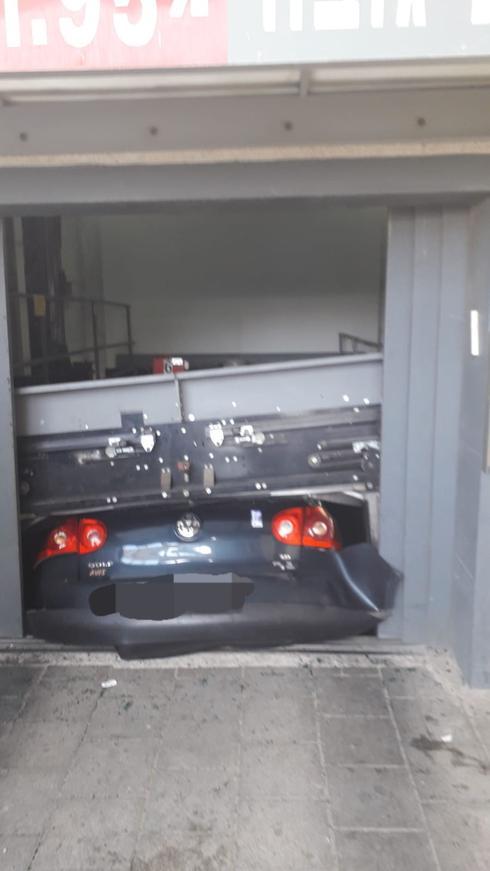 הרכב שנמעך בחניה החשמלית. צילום: כבאות והצלה מחוז ירושלים