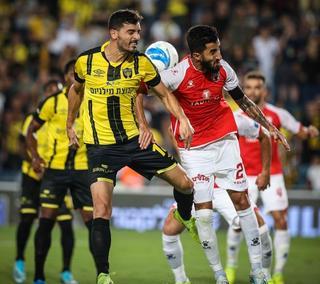 בן ביטון (מימין) מול שלומי אזולאי. משחק שקול במחצית הראשונה. צילום: עוז מועלם